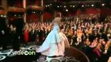 Cade mentre va a ritirare l'Oscar: la gaffe di Jennifer Lawrence